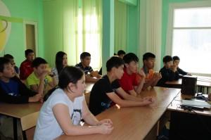 ребята из лагеря Юный спасатель внимательно слушают советы опытного спасателя